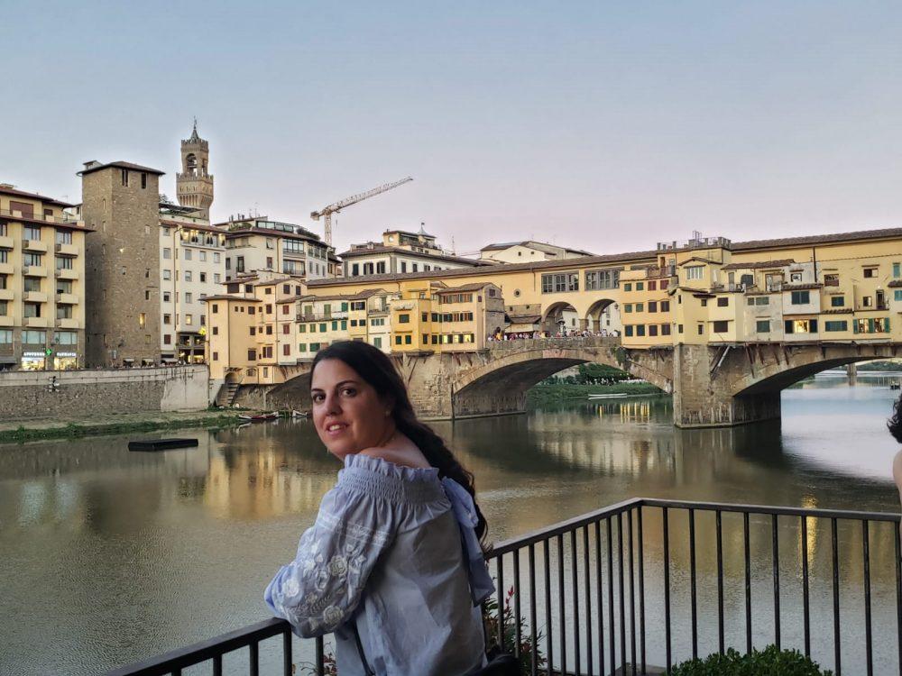 La estudiante del CLM Rosa Rubio frente a Ponte Vecchio, sobre el Río Arno, en Florencia.