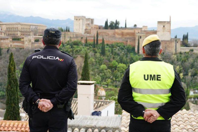 Miembros de la Policía Nacional y de la UME (Unidad Militar de Emergencias) patrullan las calles de Granada.